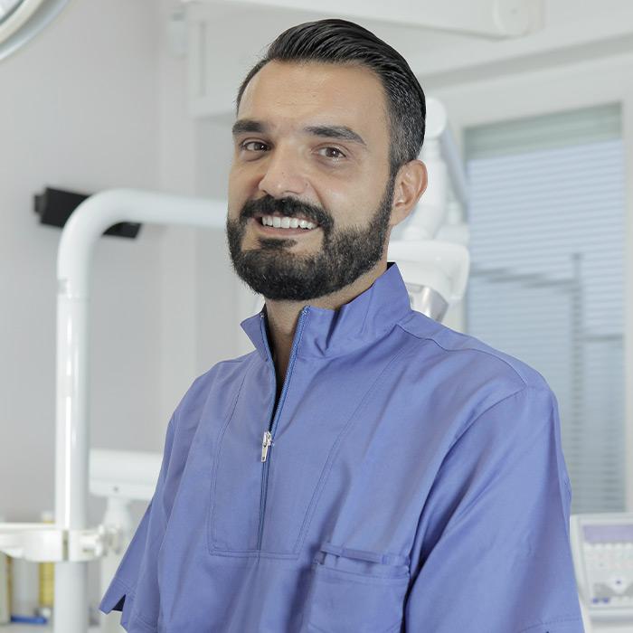 Dott. Davide Cassioli | Specialista in Odontoiatria e protesi dentariaParodontologia e Implantologia | Equipe